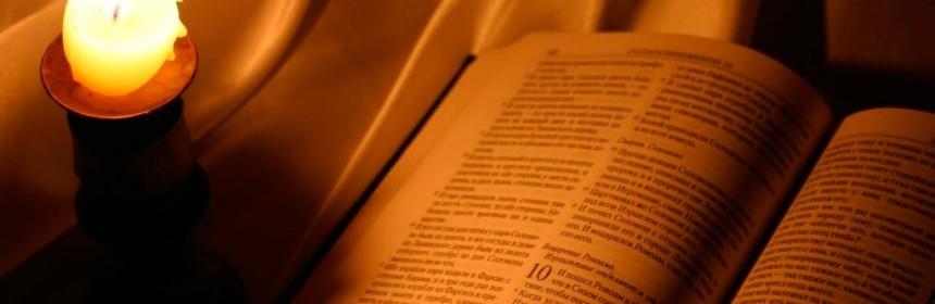 bibbia-e-candela-accesa